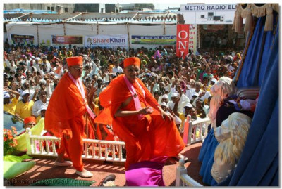 Acharya Swamishree arrives at the start of the Peace Procession