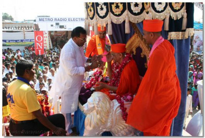 State Secretary Shree Shantibhai Patel garlands Acharya Swamishree