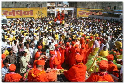Over 100,000 people were blessed with the darshan of Lord Swaminarayanbapa Swamibapa and Acharya Swamishree during the procession