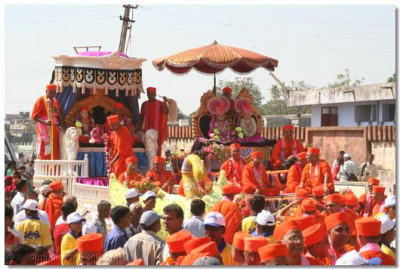 Lord Swaminarayanbapa Swamibapa and Acharya Swamishree preside on two grand chariots and bestow their divine blessings to all the people of Godhra