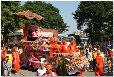 Eminent sants were seated on the chariot from which Lord Swaminarayan and Jeevanpran Bapashree gave darshan