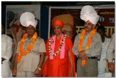 Acharya Swamishree gives darshan with Shree B R Shah and Shree R J Patel, Deputy Commissioner