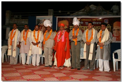 Acharya Swamishree gives darshan with guests