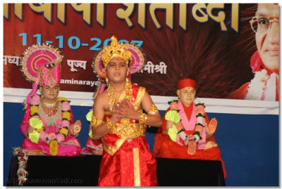 A young disciple of Panchmahal performs a devotional dance, to the accompaniment of Meh Janam Janam tak Rahungaa