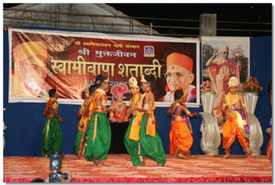 Young disciples of Panchmahal perform a devotional dance, to the accompaniment of Majaa Padi re bhai Majaa Padi