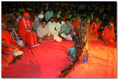 Acharya Swamishree blesses Shree Kamlesh Patel