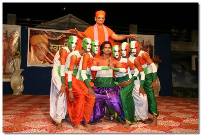 Acharya Swamishree blesses the disciples at the end of the patriotic dance