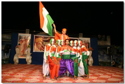 The finale of the patriotic dance involved Acharya Swamishree waving the Indian flag