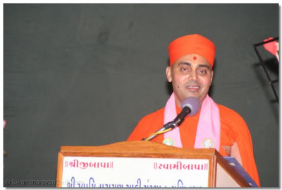 Master of Ceremony Shree Vignanprakashdasji Swami who also entertained everyone