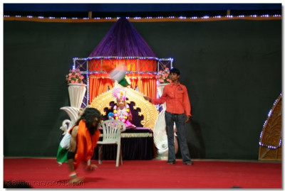 Dance performance by Shree Kamlesh Patel to the patriotic song 'Suno gorse duniya vaalo....'