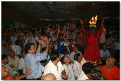 Members of the audience dance with Shree Yatin Bhavsar
