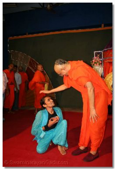 Acharya Swamishree gives darshan to Shree Kamlesh Patel