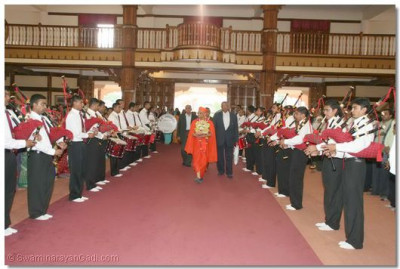 Swamibapa Pipe Band gives a guard of honour to Acharya Swamishree