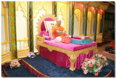 Acharya Swamishree gives His darshan during the welcoming sabha held in the evening