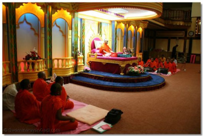 Acharya Swamishree and sants perform dhyan on amas