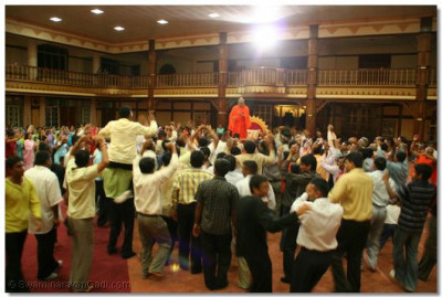 Disciples dance with Acharya Swamishree
