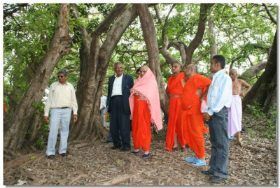 Acharya Swamishree arrives at a park outside of Arusha
