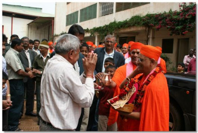 Acharya Swamishree arrives in Uganda