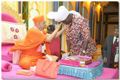 Acharya Swamishree blesses the Vice President by impressing a chandlo on the Vice President
