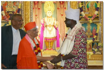 Acharya Swamishree gives darshan to Vice President of Kenya, His Excellency Dr. T Moody Awori