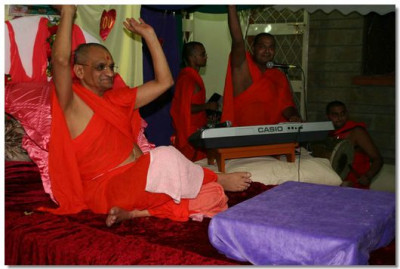 Acharya Swamishree says 'Jay' to conclude the dance program
