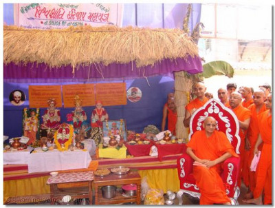Acharya Swamishree presides whilst the ceremony commences
