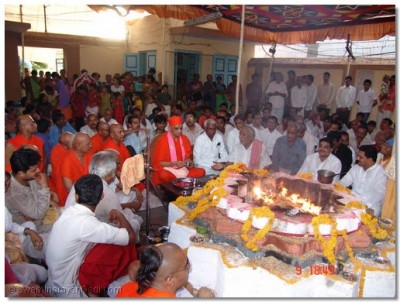 Acharya Swamishree performs the rituals of the ceremony