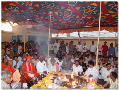 All the people present simultaneously perform the aarti ceremony to the Lord