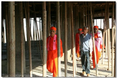 Acharya Swamishree inspects the construction work of the new Shree Muktajeevan Swamibapa Ladies Arts and Commerce College in Bhuj