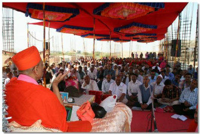 Acharya Swamishree blesses the congregation at the site of the new Shree Muktajeevan Swamibapa Ladies Arts and Commerce College in Bhuj