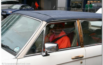 Acharya Swamishree Arrives in UK