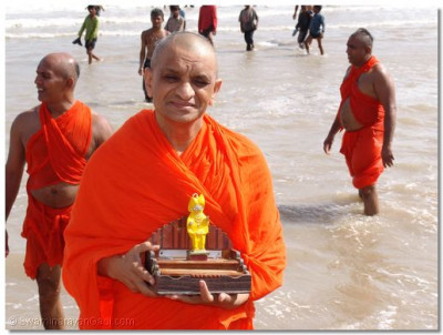 Acharya Swamishree carries Shree Harikrishna Maharaj in the Indian Ocean