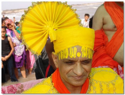 Acharya Swamishree gives darshan on the beach of Mandvi