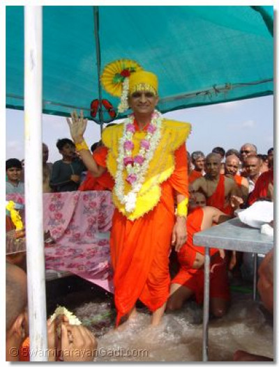Acharya Swamishree blesses the disciples