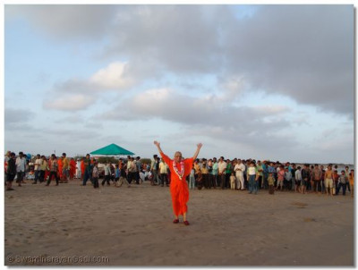 Acharya Swamishree waves at all the disciples