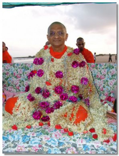 Disciples offered a flower shawl to Acharya Swamishree