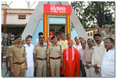 Acharya Swamishree gives darshan with the eminent guests at the entrance of the police sub-station