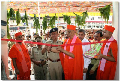 Acharya Swamishree cuts the ribbon to officially open the police station