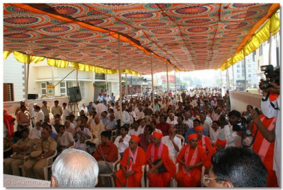 Sants, police officers and people of Maninagar listen to the divine blessings of Acharya Swamishree