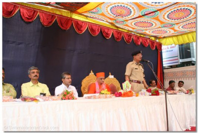 Ahmedabad's Police Commissioner, Shree K R Kaushik, thanks Acharya Swamishree for bestowing His blessings, in the form of this new facility, to the police force of Maninagar