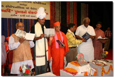 Acharya Swamishree performs the inauguration of the book