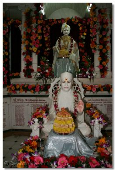 Divine darshan of Lord Swaminarayan and Jeevanpran Swamibapa