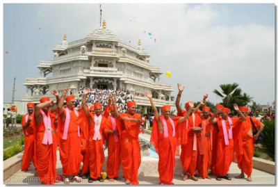 Acharya Swamishree releases balloons to promote World Peace