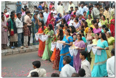 Devotees carry gifts for Lord Swaminarayanbapa Swamibapa
