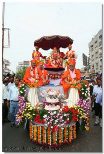 Jeevanpran Swamibapa, Acharya Swamishree and eminent sants give darshan from the chariot