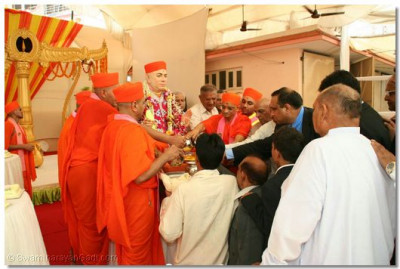 Acharya Swamishree and disciples perform panchamrut snan to Jeevanpran Swamibapa
