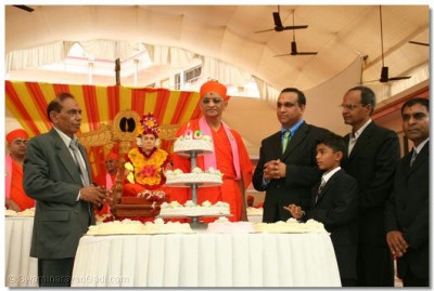 Acharya Swamishree cuts the celebration cake
