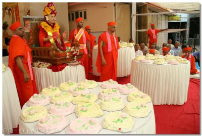 99 cakes were offered to Jeevanpran Swamibapa