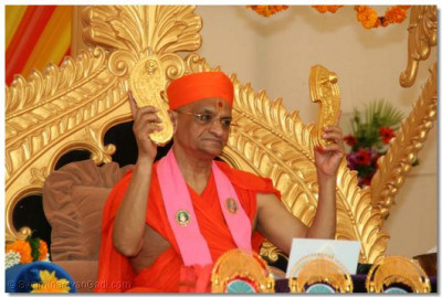 Acharya Swamishree shows everyone the golden charanarvind of Jeevanpran Swamibapa