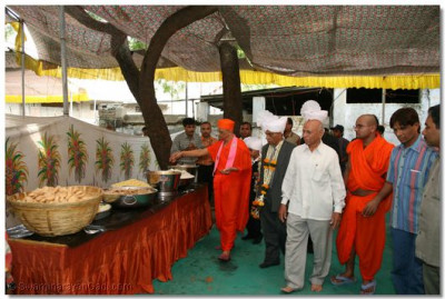 Acharya Swamishree consecrates the prasad lunch